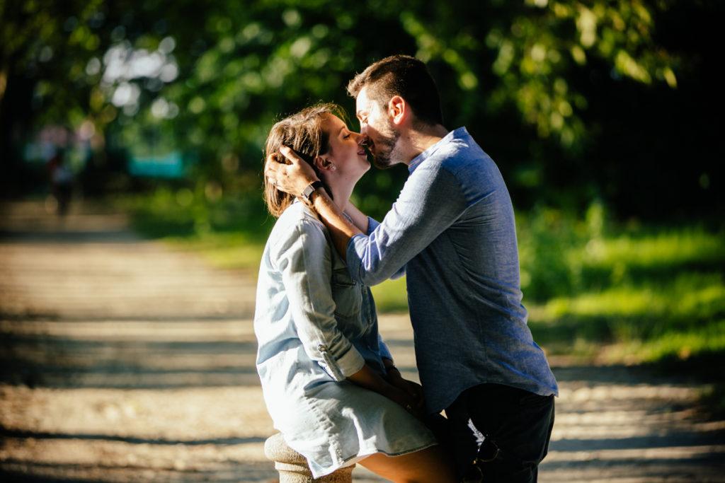 fotografia con bacio coppia al parco