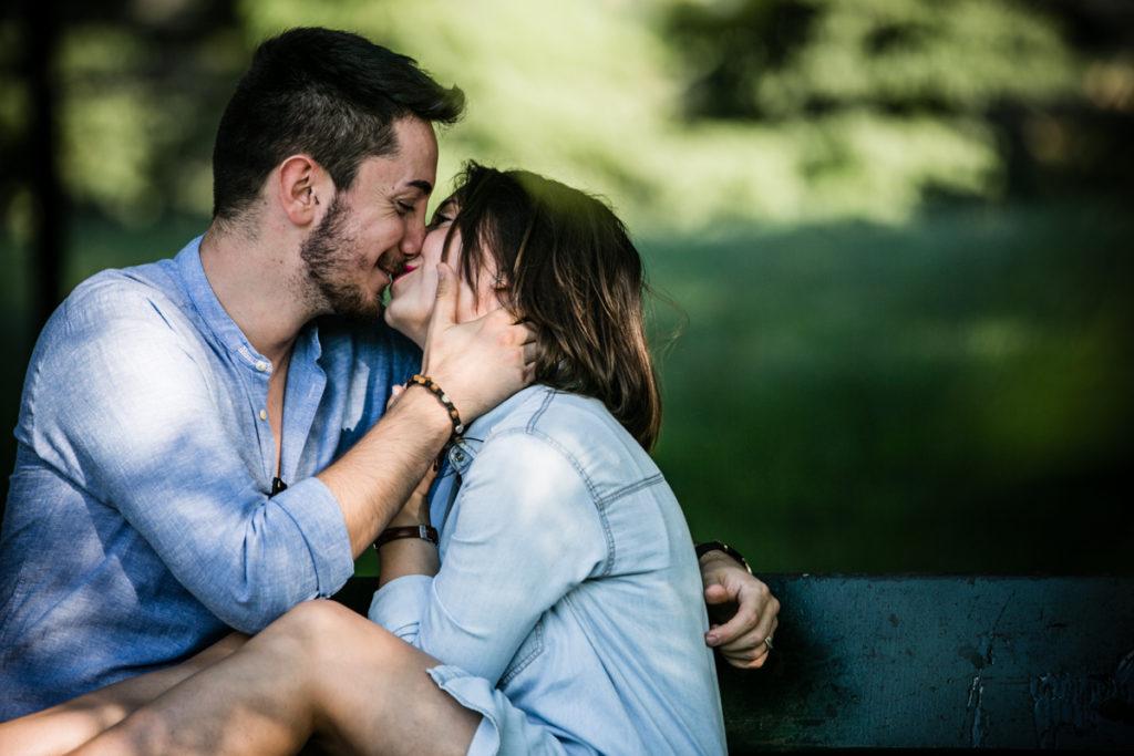 fotografia ragazzi che si baciano