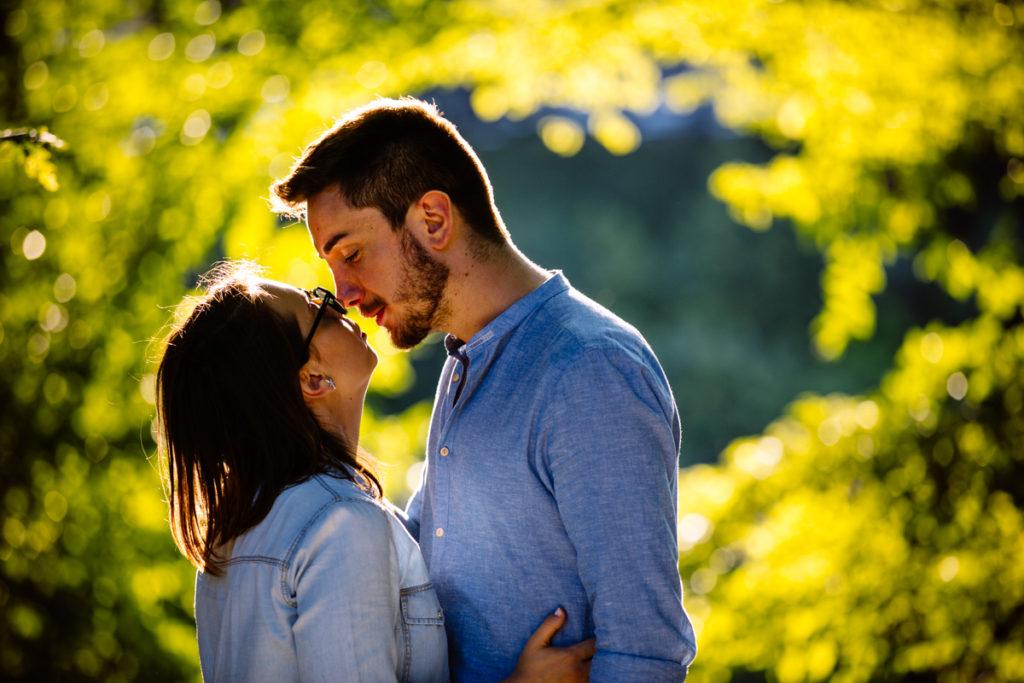 ragazzi che si baciano al ponte di sassi torino