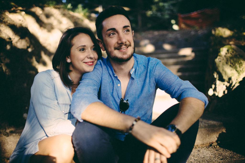 coppia seduta su scalini al parrco