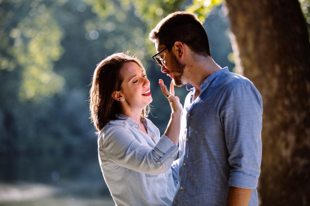 ragazza toglie rossetto dalle labbra del fidanzato