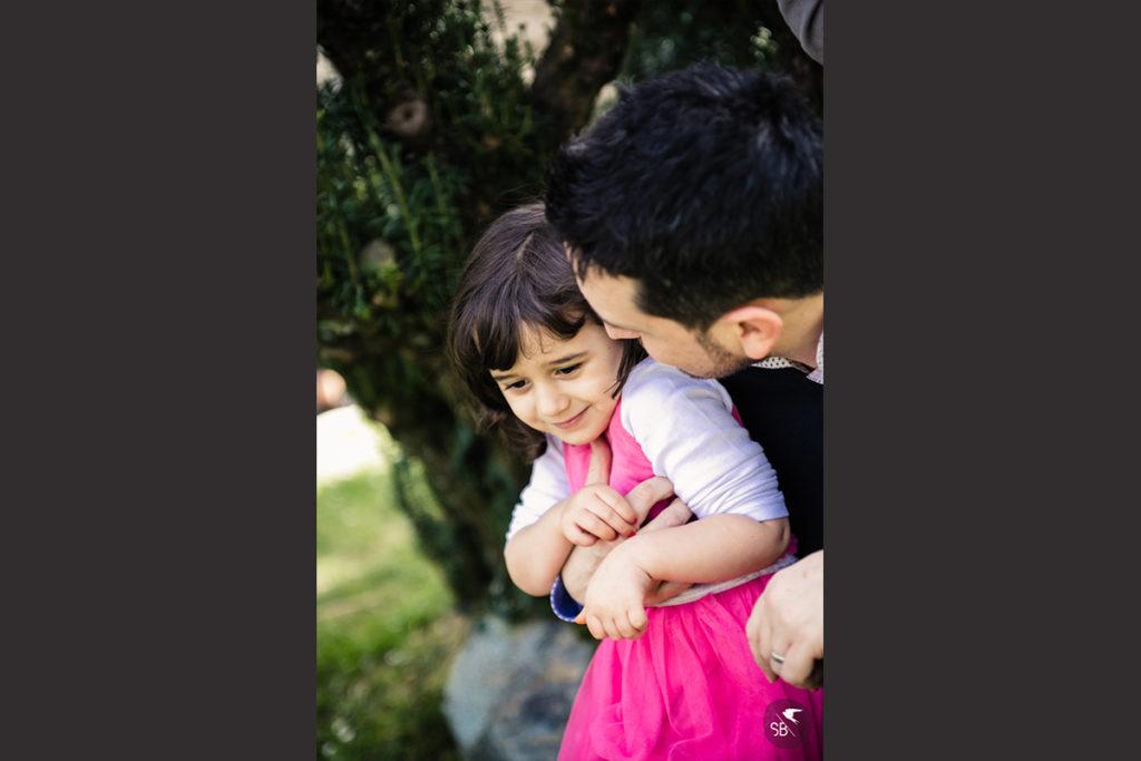 papà abbraccia a bacia la figlia