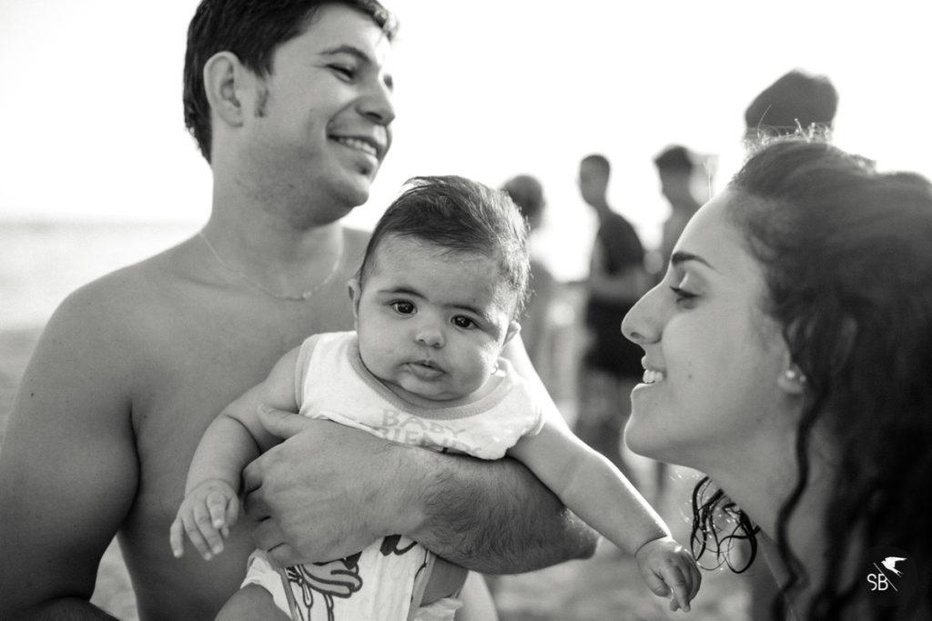 immagine di famiglia al mare in bianco e nero