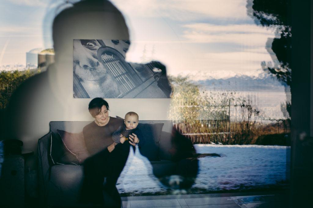 bambino in braccio alla nonna