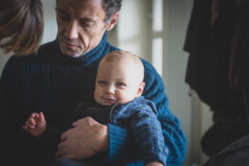 bambino in braccio a papà