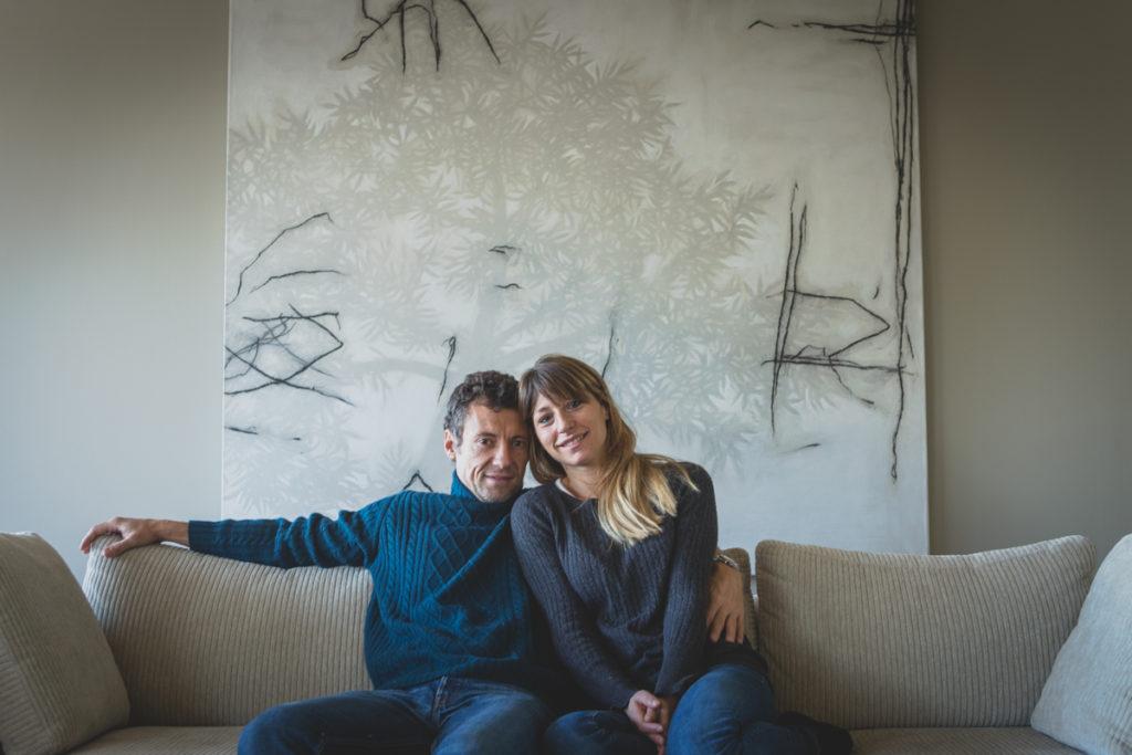 coppia abbracciata sul divano