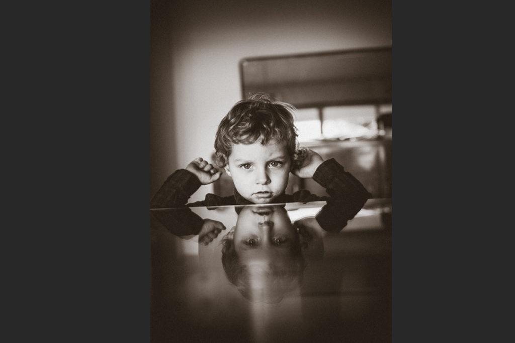ritratto di bambino con riflesso
