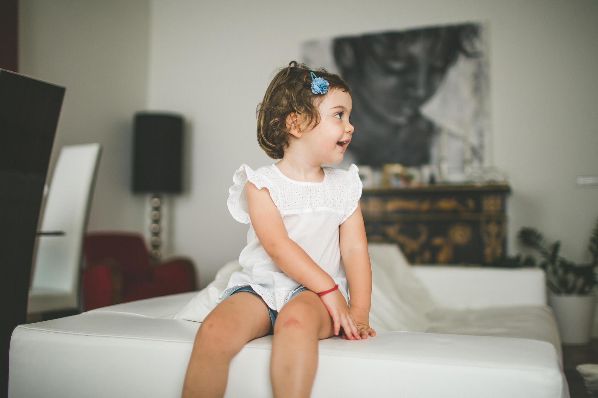 ritratto di una bimba che gioca in casa